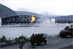 """""""El puente de Remagen"""" de los años setentas.En este filme se hayan artistas como: George Segal,Robert Vaughn,Ben Gazzara y E.G Marshall.Donde se recrea la lucha del único puente en pie para cruzar el rio Rhin"""