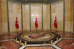 Atatürk'ün vasiyetiyle mezarının karşısına Türk bayrağı konuluyor. Odanın ortasında kıble yönünde kırmızı mermerden sanduka bulunuyor. Sandukanın çevresindeki pirinç vazolarda, Türkiye'nin 81 ilinden, KKTC ve Azerbaycan'dan getirilen topraklar yer alıyor.
