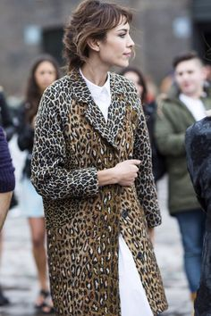 Alexa Chung in a chic leopard print coat Alexa Chung Style, Leopard Print Coat, Cheetah Print, Leopard Fashion, Mixing Prints, Mode Inspiration, Mode Style, Poppy Delevingne, Nicole Richie
