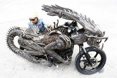 Dude, it would be super-cool to ride around on this bike! The body is all Alien, while the front-end is a Predator hybrid. This here Alien/Predator Bike is awesome. - Photo via Oddity Central Art Alien, Side Car, Alien Vs Predator, Predator Helmet, Bicycle Parts, Cool Motorcycles, Hot Bikes, Motorcycle Style, Monster Motorcycle