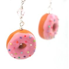 Donut earrings : pink sprinkle frosting (495 MXN) ❤ liked on Polyvore featuring jewelry, earrings, sparkly earrings, wire jewelry, multi color earrings, tri color earrings and multicolor earrings