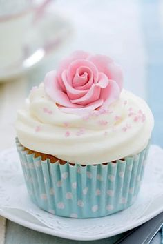 Pretty pink rose floral cupcake from Ana-Rosa