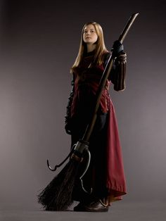 Harry Potter and the Half-Blood Prince - Promo shot of Bonnie Wright Magia Harry Potter, Harry Potter Kostüm, Harry Potter Characters, Bonnie Wright, Ginny Weasley, Cosplay Harry Potter, Quidditch Robes, Teatro Musical, Desenhos Harry Potter