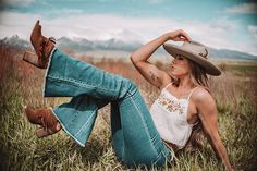 Aug 2019 - Denim has been done a thousand times.This beloved article of clothing has reinvented itself because you are sure to fall in love with flares! Cute Country Outfits, Western Outfits, Cute Outfits, Country Girls, Western Photography, Model Poses Photography, Photography Women, Foto Cowgirl, Gypsy Cowgirl