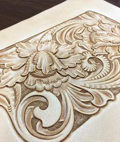 #leathercraft #leathercarving #レザーカービング #レザークラフト #handstitch #唐草 #leatherwork #leathergoods #leathertooling #iphoneケース試作#iphone  Experimental production of a case. #バックの仕立てが長引くとカービングの腕が鈍るから強制的にカービング〜