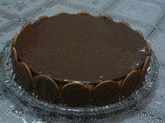 Para a base  - 1 pacote de biscoito maizena  - Para a mousse  - 1 lata de leite condensado  - 1 lata de creme de leite com soro  - 1 lata ( a mesma medida ) de suco de maracujá concentrado  - 1 envelope de gelatina em pó sem sabor feita conforme indicação  - Para a cobertura  - 250 g de chocolate ao leite picado  - 1 caixinha de creme de leite 200 g  - Para a lateral  - 1 pacote de biscoito calipso Chocolates, Tiramisu, Cheesecake, Food And Drink, Pie, Sugar, Candy, Cooking, Ethnic Recipes