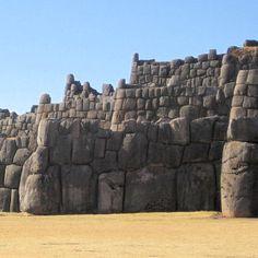 Au Pérou, la cité de Cuzco Cuzco est l'ancienne capitale de la civilisation Inca. Elle offre un nombre de trésors archéologiques incomparables. Parmi les ruines archéologiques les plus connues, on trouve la forteresse de Sacsayhuaman, celle de Kenko, les terrasses de Pisac et bien sûr le célèbre Machu Picchu sur les rives de l'Urubamba.