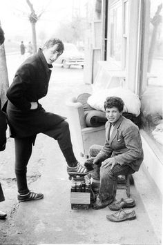 Johan Cruyff has his shoes shined in Istanbul 1968