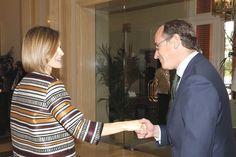 Su Majestad la Reina Letizia saluda al ministro de Sanidad, Servicios Sociales e Igualdad, Alfonso Alonso. Palacio de La Zarzuela. Madrid, 05.10.2015