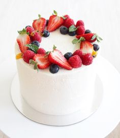 New fruit cake decoration berries desserts Ideas - Cake Decorating Dıy Ideen Delicious Cake Recipes, Yummy Cakes, Food Cakes, Cupcake Cakes, Bolo Grande, Cake Decorated With Fruit, Fruit Birthday Cake, Victoria Sponge, Salty Cake