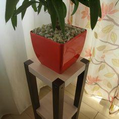 Suport din lemn de fag pentru ghiveci. Suportul a fost colorat cu bait alb si maro pe baza de apa si apoi protejat cu grund si lac acrilic incolor Flower Pots, Flowers, Wooden Diy, Modern Furniture, Planter Pots, Colors, Garden, Ideas, Flower Vases