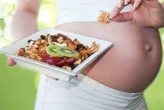 Overgewicht maar ook ondergewicht kan de vruchtbaarheid verminderen. Beiden kunnen de menstruatiecyclus beïnvloeden. En op het moment dat een vrouw zwanger is en het eten voor twee belangrijk wordt wil dit nog niet zeggen dat men twee keer zoveel moet eten. De zorg voor gezonde en uitgebalanceerde voeding is van belang. Daarmee zorgt men ervoor dat het ongeboren kind zich goed ontwikkeld.
