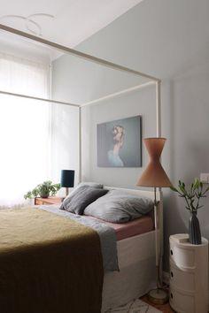 """Zumindest jeden Morgen taucht die Sonne mein Schlafzimmer in schönstes Licht bis das Grau wieder überwiegt, aber es soll ja die nächste Woche endlich schöner werden. Der """"Schweizer Käse"""" im Hintergrund hat das Grau jedenfalls gut überlebt und ist ordentlich gewachsen (und bisher habt ihr noch nicht viele Pflanzen mehrmals auf meinen Bildern gesehen dank meiner gärtnerischen Begabung). Ein ganz schönes Wochenende wünsche ich Euch!"""