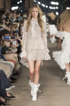 Philosophy By Lorenzo Serafini Discover the new Spring summer 17 Collection Couture Fashion, Boho Fashion, Autumn Fashion, Fashion Dresses, Fashion Design, Catwalk Fashion, Fashion 2020, Fashion Show, Outfits Otoño