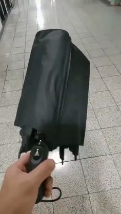 Umbrella designed to protect the ground – Funny Gifs – Top Meme Funny Texts, Funny Jokes, Hilarious, Memes Humor, Funny Vid, The Funny, Exams Memes, Growing Up British, Jokes