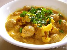 Kari so sojovymi kockami a karfiolom Vegetarian Curry, Coconut Milk, Tofu, Thai Red Curry, Cauliflower, India, Ethnic Recipes, Fit, Vegan Curry