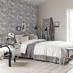 Kauniin kerroksellisesti kuvioitu tapetti luo seesteistä, maalauksellista ilmettä makuuhuoneen sisustukseen.