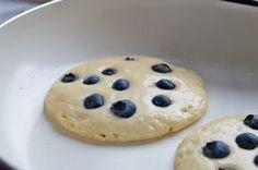 Ein beliebtes Rezept zum Frühstück oder als Dessert: Diese Dinkel-Heidelbeer-Pancakes überzeugen mit fruchtiger Süße.