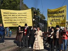 Galida-Mitglieder verleihen ihrer Forderung nach einem ÖPNV-Sozialticket für Darmstadt Ausdruck. Foto Claus Völker