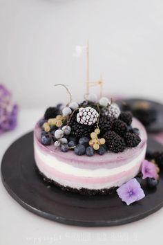 gefrorener Beeren-Oreo-Cheesecake und Brombeer-Joghurt-Eis Frozen Berry Oreo cheesecake and blackberry yogurt ice cream. Frozen Cheesecake, Oreo Cheesecake, Blackberry Cheesecake, Frozen Cake, Sweet Recipes, Cake Recipes, Dessert Recipes, Oreo Desserts, Sweets Cake