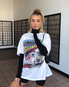 15 looks para quem ama t-shirt - Guita Moda Edgy Outfits, Mode Outfits, Cute Casual Outfits, Short Outfits, Fashionable Outfits, Grunge Outfits, Big Shirt Outfits, Edgy Summer Outfits, Graphic Tee Outfits