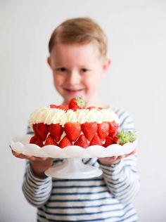 Här är ett riktigt smarrigt recept på en jordgubbstårta för dig som vill bjuda på något festligt, men hålla igen på sockret!