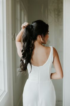 This bride rocked a chic curled high ponytail for her bridal look | Image by Phylicia Willis Photography Wedding Ponytail Hairstyles, Bridal Ponytail, Bride Hairstyles, High Ponytails, Brunette Bride, Wedding Hair Brunette, Wedding Looks, Bridal Looks