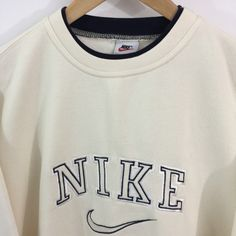 Cute Skirt Outfits, Cute Casual Outfits, Nike Beige, Retro Outfits, Vintage Outfits, Nike Vintage, Vintage Nike Sweatshirt, Sweatshirt Outfit, New Mode