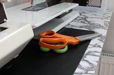 Madam B. Plastic Cutting Board, Projects To Try, Crafts, Craft Ideas, Manualidades, Handmade Crafts, Craft, Arts And Crafts, Artesanato