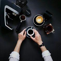 """""""El que madruga toma más café"""". !Feliz Juernes!  Se viene el Bazar Sabores de Mayo.  Pronto les daremos más información.  Hoy estaremos transmitiendo en vivo desde Trasnocho Cultural un evento sobre el Cacao Venezolano con la participación de la @tiendadelcacao y la presentación de su Línea de Laboratorio Bean to Bar.  Síguelos:  @tiendadelcacao @tiendadelcacao @tiendadelcacao.  #publicidad @publiciudadmcy.  #cafe #emprendedor #asesoria #negocios #eventos #gastronomia #coaching #salud…"""