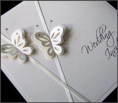 Invitación de boda blanca con mariposas