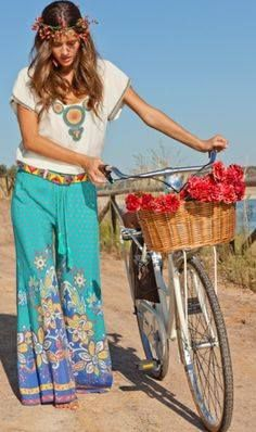 Gypsy chic pants with boho chic top & modern hippie flower headband. For MORE new Bohemian fashion trends for 2014 Hippie Style, Look Hippie Chic, Boho Chic, Gypsy Chic, Bohemian Look, Gypsy Style, Boho Gypsy, My Style, Boho Style