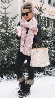 Outfits * 63 Casual Winter Outfit Ideas With Scarf That Inspiring - Outfit Invernali Winter Boots Outfits, Cold Weather Outfits, Winter Outfits For Work, Winter Outfits Women, Casual Winter Outfits, Winter Fashion Outfits, Look Fashion, Autumn Winter Fashion, Fall Outfits