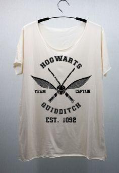comprei molto volentieri una maglietta con riferimenti a Harry Potter. questa sarebbe assai di mio gradimento: solo un riferimento alla scuola del maghetto più famoso del mondo. Per intenditori.