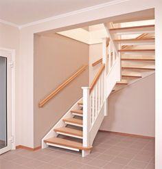 Öppen U-trappa med  steg belagda med linoleummatta och sidovang i vitmålat utförande. Räcke Classic  i vitmålat utförande. Stolpar med profilerade stolphattar.