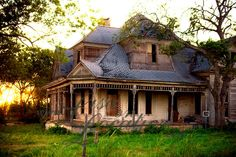 Abandoned house, New Braunfels, TX. Looks like an old farm house. Abandoned Buildings, Abandoned Property, Old Abandoned Houses, Old Buildings, Abandoned Places, Old Houses, Abandoned Castles, Old Mansions, Abandoned Mansions