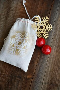 Snowflake gift bag made by The Idea Room using the new Cricut Holiday Snowflakes image set.