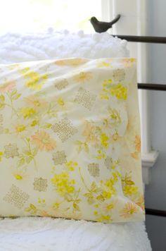 """Süße Idee: alte Kissen mit indischen Holzstempeln pimpen (ggf. ja """"schrillere"""" Farbe nehmen) ;-)"""