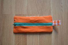 Este estuche es ideal para llevar en el bolso con lápices de colores, para guardar tus cosas para trabajar, tus gafas de sol o para el maquillaje. Y es