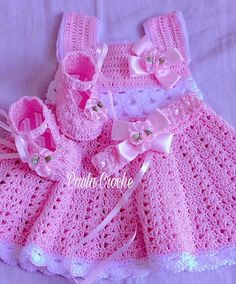 Vestido, sapato e tiara de croche Confeccionados com linha Crochet Baby Dress Pattern, Baby Dress Patterns, Baby Girl Crochet, Crochet Patterns, Booties Crochet, Knit Crochet, Crochet Doll Clothes, Baby Sweaters, Baby Knitting