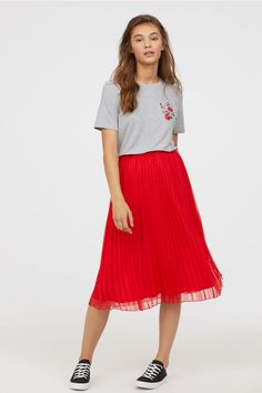 35 Red Pleated Skirt Which is Awesome for Women's - Fashionmgz Red Pleated Skirt, Red Skirts, Dress Skirt, Jupe Crayon Denim, Denim Pencil Skirt, Pink Skirt Outfits, Casual Outfits, Calf Length Skirts, Red Turtleneck