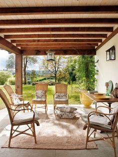 Zona de tertulia en el porche. Casa de campo en Cantabria