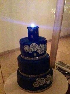 Doctor Who wedding cake with TARDIS topper. I think I might switch the TARDIS for the Doctor and River, and the grooms cake can be the TARDIS. Doctor Who Cakes, Doctor Who Party, Doctor Who Wedding, Die Tardis, Tardis Cake, Dr Who, Wedding Cake Toppers, Geek Wedding Cakes, Cake Wedding