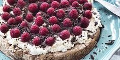 Chokolademandelbund med rabarberskum og bær | SPIS BEDRE Tart Recipes, Fruit Recipes, Baking Recipes, Sweet Recipes, Real Food Recipes, Dessert Recipes, Desserts, Maila, Oreo Dessert