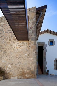 Image 7 of 16 from gallery of Farm Surroundings / Arnau Estudi d'Arquitectura. Photograph by Marc Torra Ferrer Minimalist Architecture, Architecture Old, Contemporary Architecture, Architecture Details, Design Exterior, Interior And Exterior, Brick And Stone, Facade, Restoration
