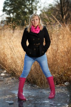 pretty young woman with a chic coat, pink cloth & beautiful rubber boots 💖 . - pretty young woman with a chic coat, pink cloth & beautiful rubber boots 💖 ♥ - Pink Hunter Boots, Hunter Boots Outfit, Hunter Wellies, Fashion Boots, Fashion Outfits, Womens Fashion, Rainy Day Outfit For Work, Sexy Stiefel, Wellies Rain Boots