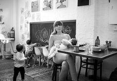 """A mãe e fotógrafa Suzie Blake, de Melbourne, Austrália, não consegue ver a sua realidade, nem a de outras mães que amamentam, em fotos retocadas de modelos nas capas de revistas e pela internet. Como mãe, Suzie sabe muito bem que não existe esse glamour todo em amamentar. Ela resolveu, então, criar um próprio projeto fotográfico baseado no seu olhar e experiência: """"vazamentos de leite e tudo mais"""". Mãe de duas crianças, ela conta que """"O aleitamento materno, e apenas sendo mãe para saber…"""