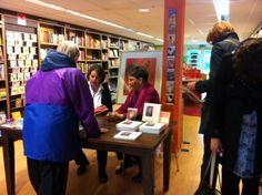 12 mei 2012: Loes Botman en Marjolein Thiebout signeren hun boek 'Weet je, weet je wat... de dieren zeggen?'
