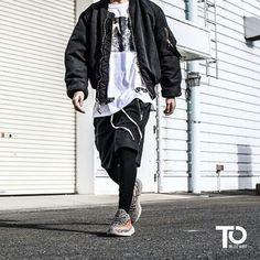 Via @dailystreetlooks ________________________________________________ Bomber: Alyx studio Tee: Off-white Shorts: fog Leggins: Nubian Sneaker: Yeezy boost 350 V2 ________________________________________________ Trillest outfit by @prsk_sneaker