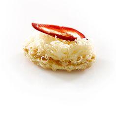 Parijse Wafel met Oud Brugge kaas en verse chilipeper (met Jules Destrooper wafels) Finger Food Appetizers, Finger Foods, Knafe Recipe, Waffle Toppings, Chili, Waffles, Butter, Stuffed Peppers, Cheese